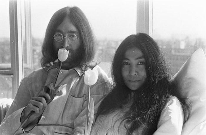 Джон Леннон и Йоко Оно с их знаменитой постельной забастовкой.