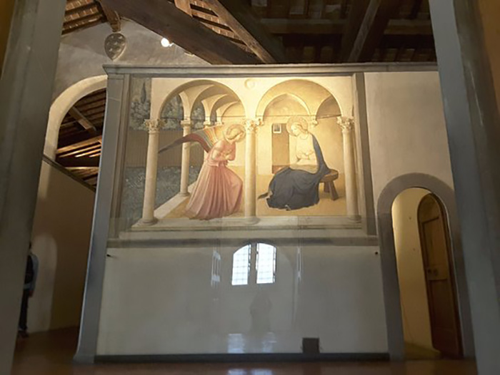 Анджелико использовал иллюзию точки схода, чтобы привлечь внимание к зарешёченному окну позади Марии.