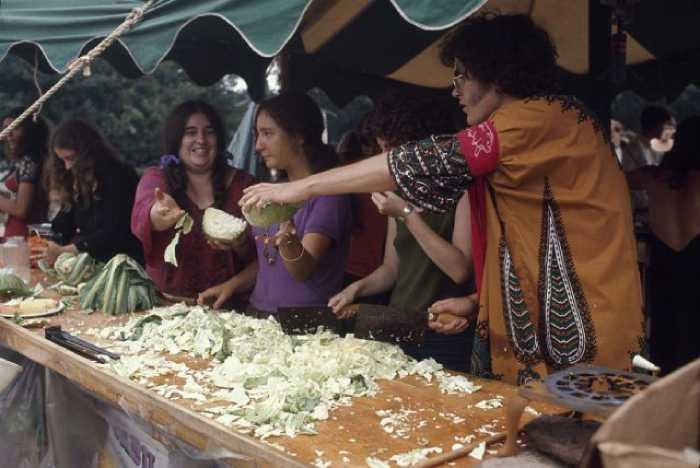 Еду готовили сотни добровольцев.
