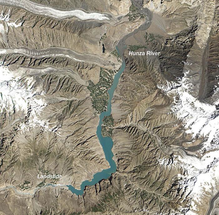 Воды реки простираются на два десятка километров вдаль.