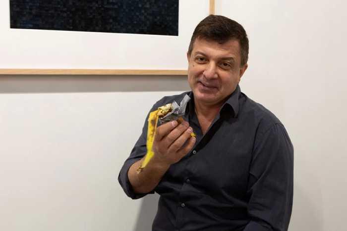 Дэвид Датуна поедает произведение искусства за 120 тысяч долларов.