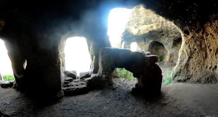 Интерьер пещеры.