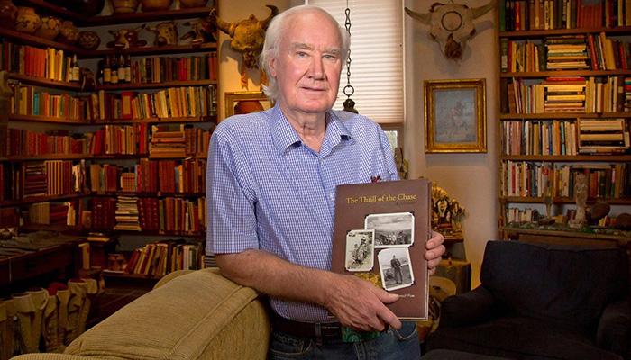 Миллионер Фенн со своей книгой.