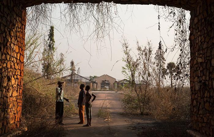 Въездные ворота и дорога в главный дворцовый комплекс.