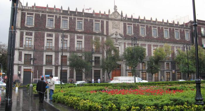 Историческое здание на центральной площади Мехико.
