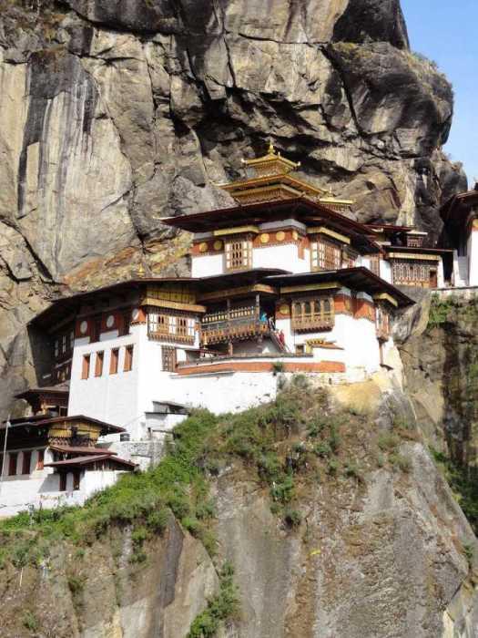 Монастырь Гнездо Тигра прямо встроен в скалу.