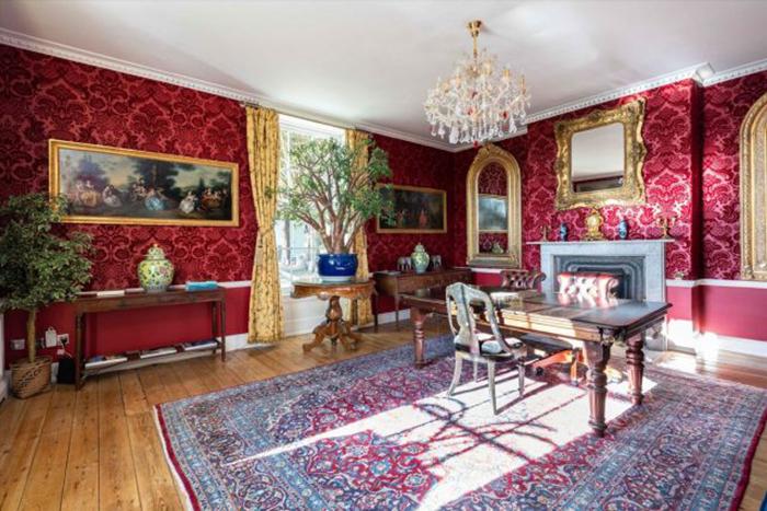 Дом по-прежнему обставлен с королевской роскошью.