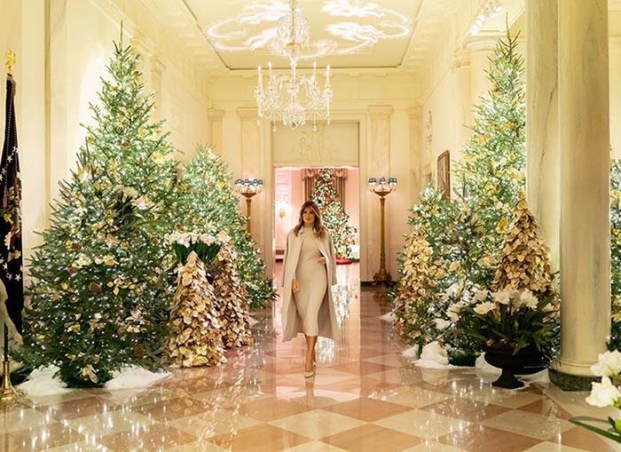 Мелания Трамп в украшенном к Новому году Белом доме.