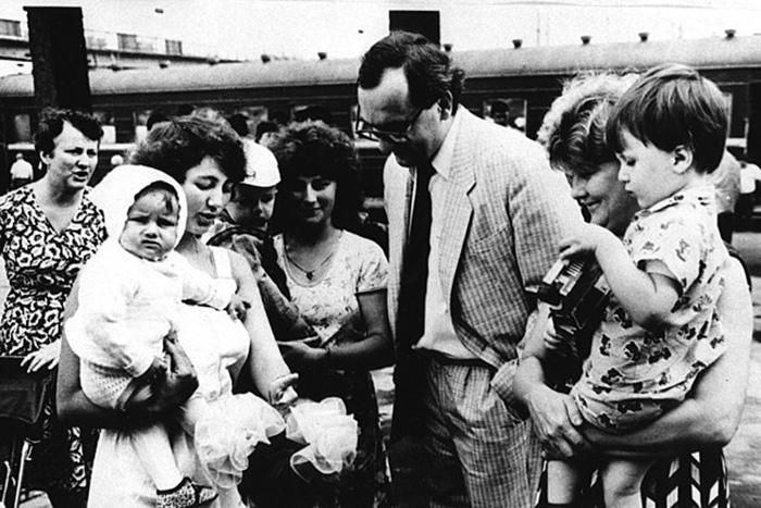 Консул Чехословацкой Федеративной Республики провожает семьи, когда они едут в Чехословакию для получения медицинской помощи.