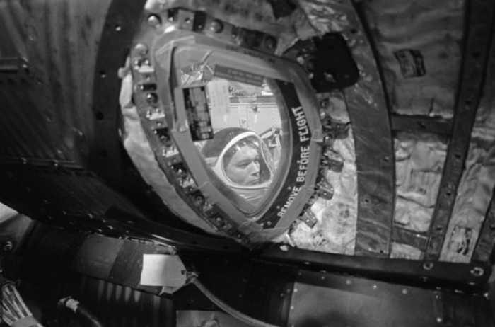 Внутри лунного модуля.