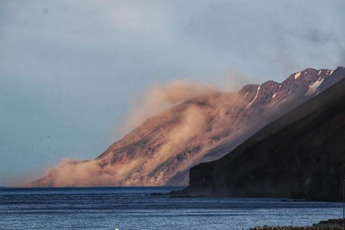 Магма создаёт под землёй давление и поднимается на поверхность, вызывая взрывы.