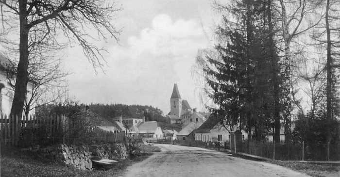 Дорога и местная церквушка в деревне Дёллерсхайм.