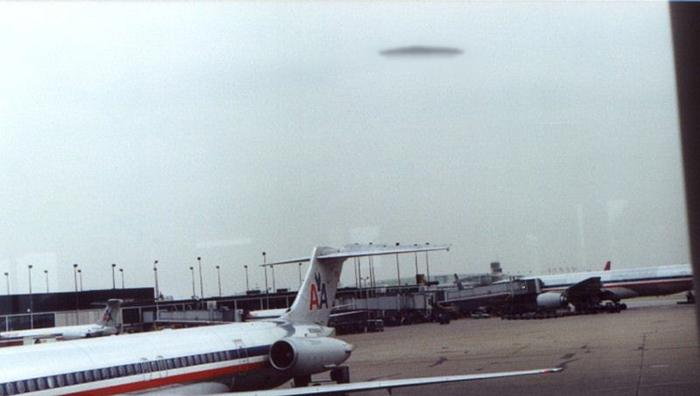 Это странное явление наблюдало более десятка сотрудников аэропорта.