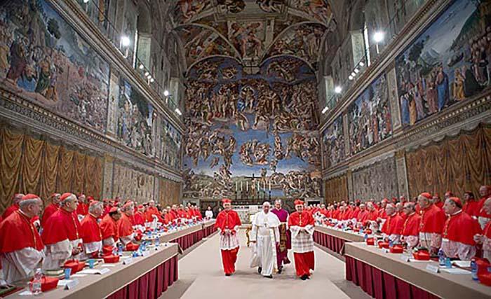 В Сикстинской капелле собираются кардиналы для выбора нового Папы.