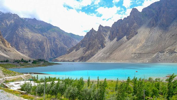 Теперь озеро Аттабад популярная туристическая достопримечательность.