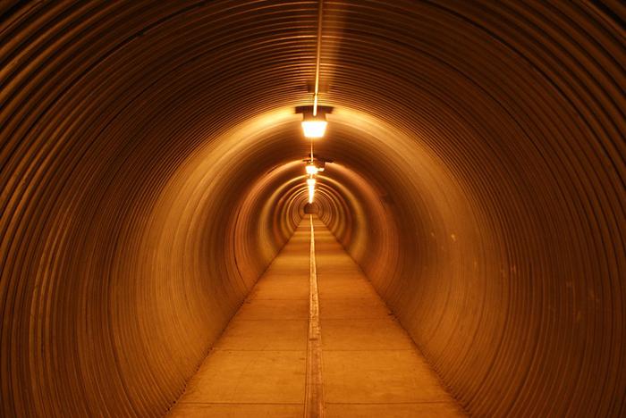 С остальным миром город связывает туннель.