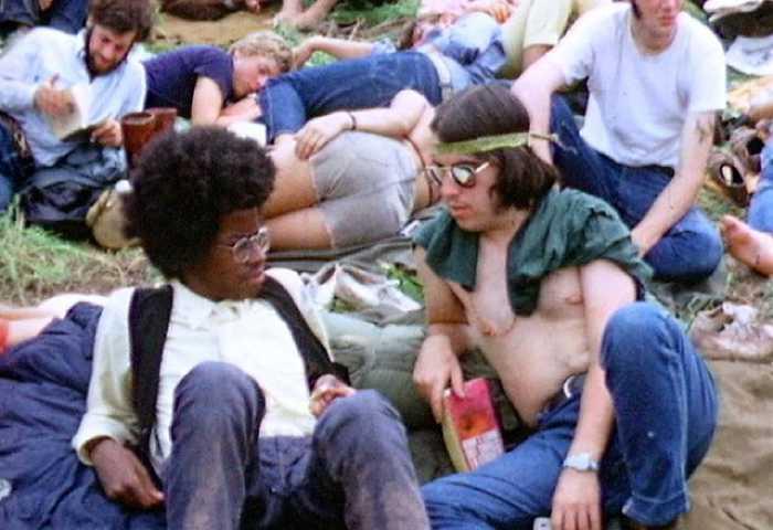 Поговаривали, что миролюбивость участников фестиваля обеспечили психоделические наркотики.
