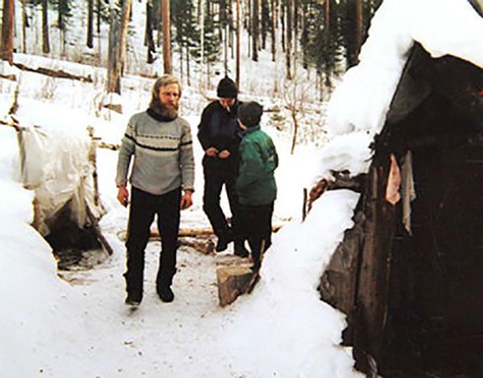 Виктор Антипин возле их таёжного дома.