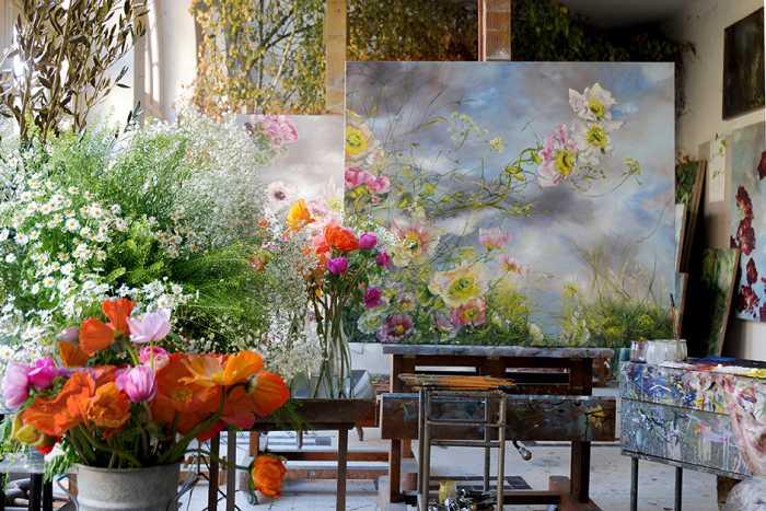 Для работы Клер выбирает простые цветы: маки, ирисы, маргаритки.