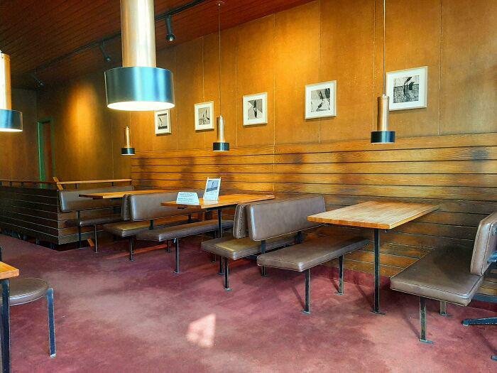 На стенах этой старой кофейни тени там, где раньше сидели люди.