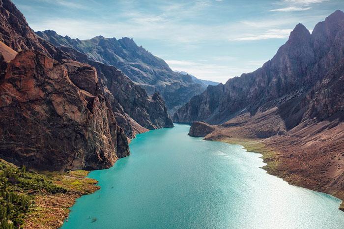 Озеро Аттабад в окружении горных вершин выглядит как сказочный пейзаж.