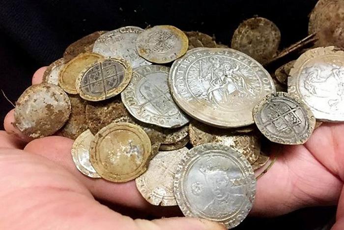 Золотые и серебряные монеты, очевидно, принадлежали некому весьма богатому человеку.