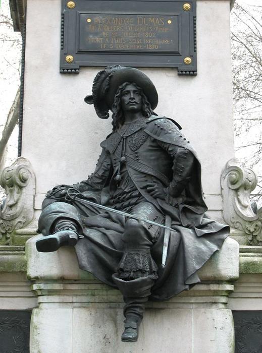 Скульптура д'Артаньяна на памятнике Дюма.