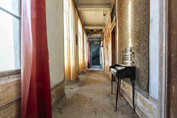 Память о величественном здании живёт отныне на снимках Тьерри.