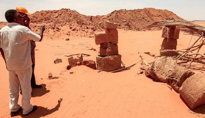 Камни сложены друг на друга, чтобы подпереть крышу столовой, используемой охотниками за золотом, на месте Джебель-Мараги, которому уже два тысячелетия.