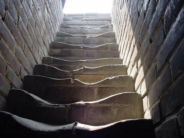 Лестница на Великой Китайской стене.Как вы думаете, сколько людей ходили по этим ступеням?