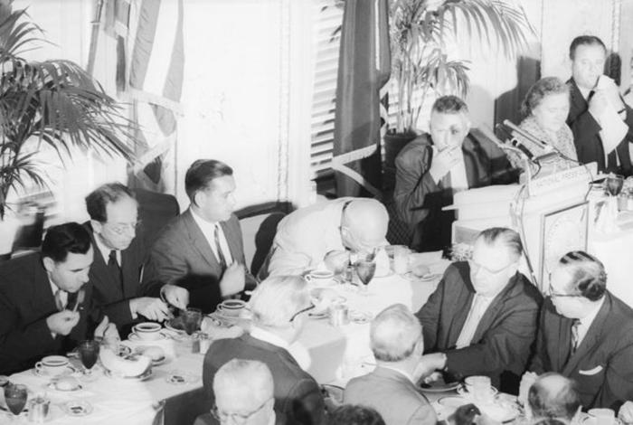 Никита Хрущёв ест дыню во время обеда в Национальном пресс-клубе.