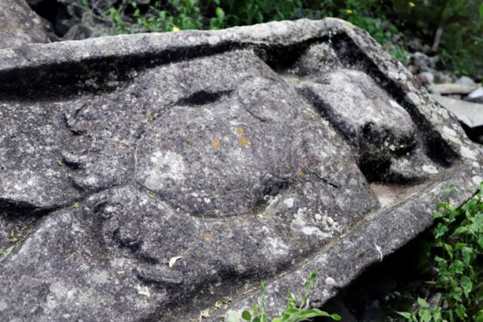 На одной из резных фигурок изображена фигура с рогами и когтями в набедренной повязке.