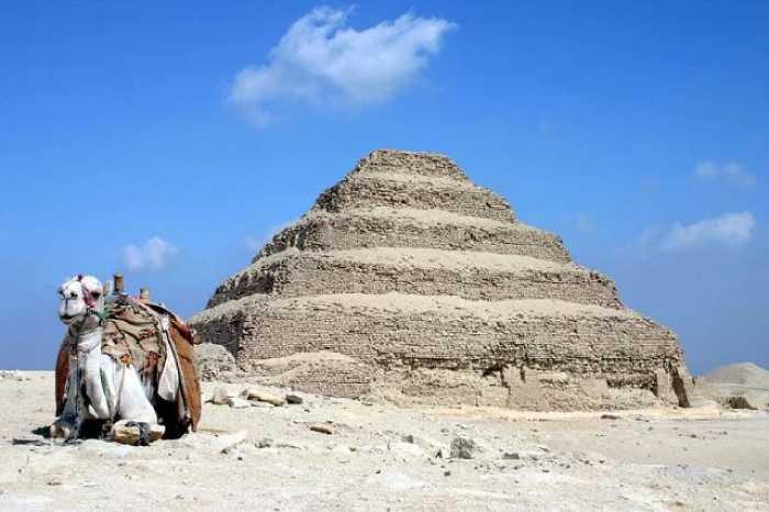 Ветер пустыни давно затупил острые грани пирамиды.