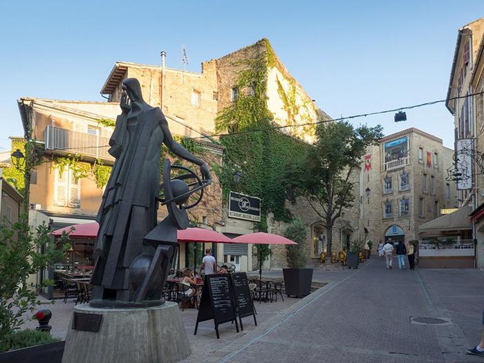 Памятник Нострадамусу в его родном городе.