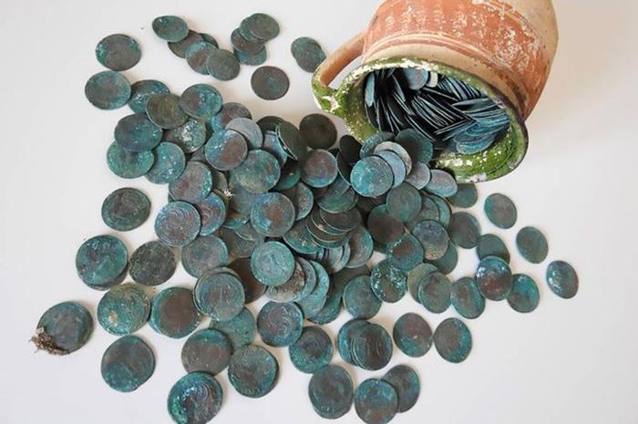 Серебряные средневековые монеты, которые были найдены в кувшине.
