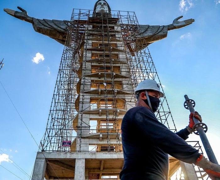Несколько дней назад были закончены руки и голова статуи.