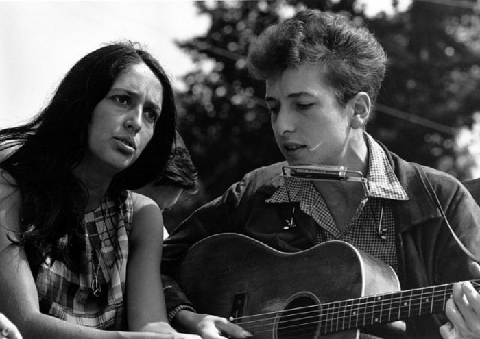 Боб Дилан и Джоан Баэз вместе исполняют песню.