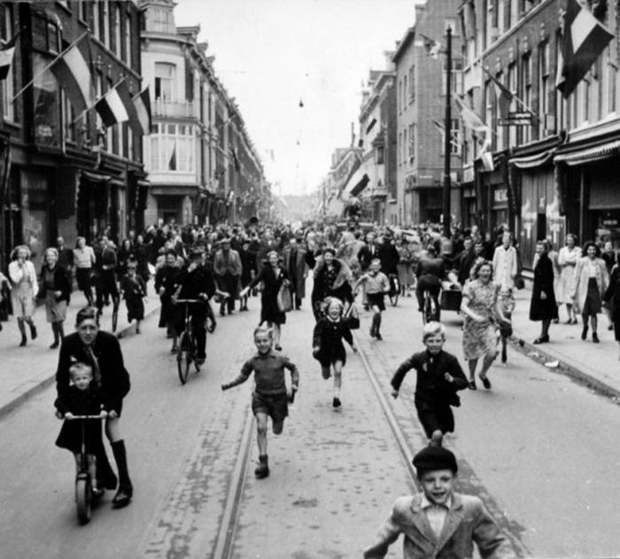 Толпа празднует освобождение Нидерландов.