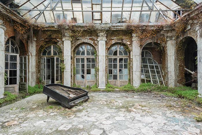 Фотография из серии «Реквием по пианино».