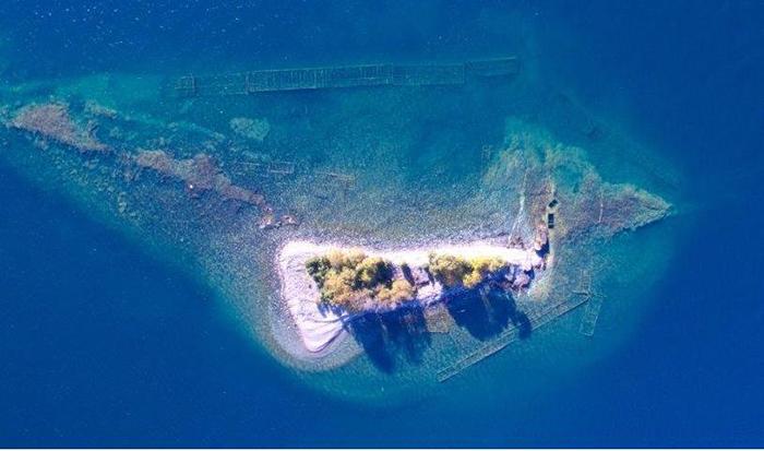 Слишком сложно было защитить остров.