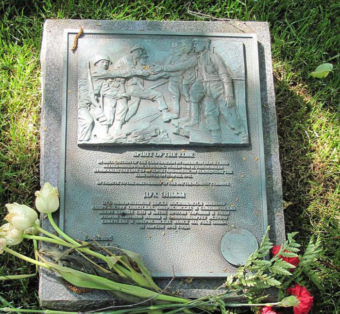 Памятник встрече на Эльбе.