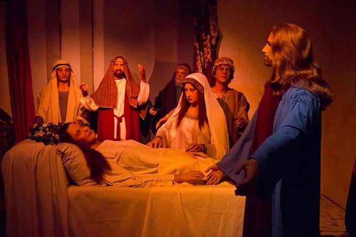 Стив МакКуин в роли свидетеля сзади.