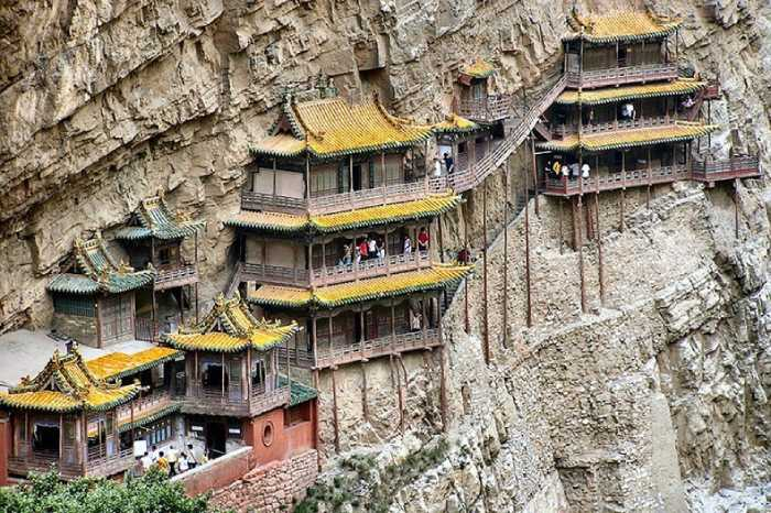 Монастырь опирается на коридор, скрывающийся в скале и деревянные балки.