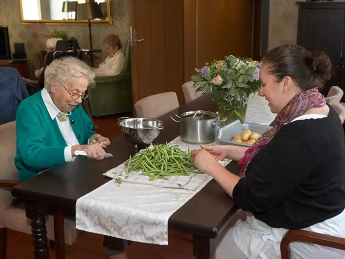 Можно пообедать в местном ресторане, а можно остаться дома - решение принимают люди сами.