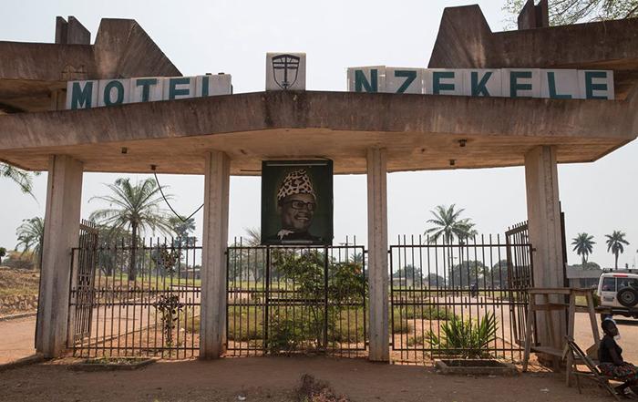 Мотель Nzekele всё ещё работает. Когда-то это был 5-звёздочный отель, а теперь номера стоят 50 долларов за ночь.