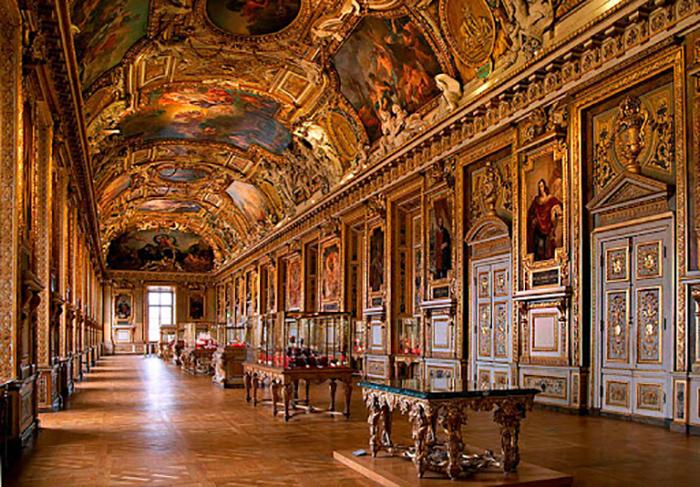 Из Лувра вывезли все произведения искусства, которые только можно было перевозить.