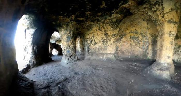 Пещеру называют Якорной. Она была заброшена после смерти опального короля.