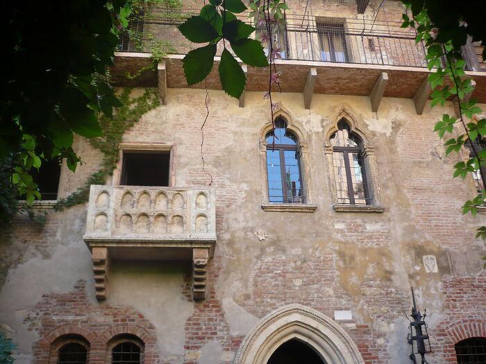 Это просто дом и просто балкон.