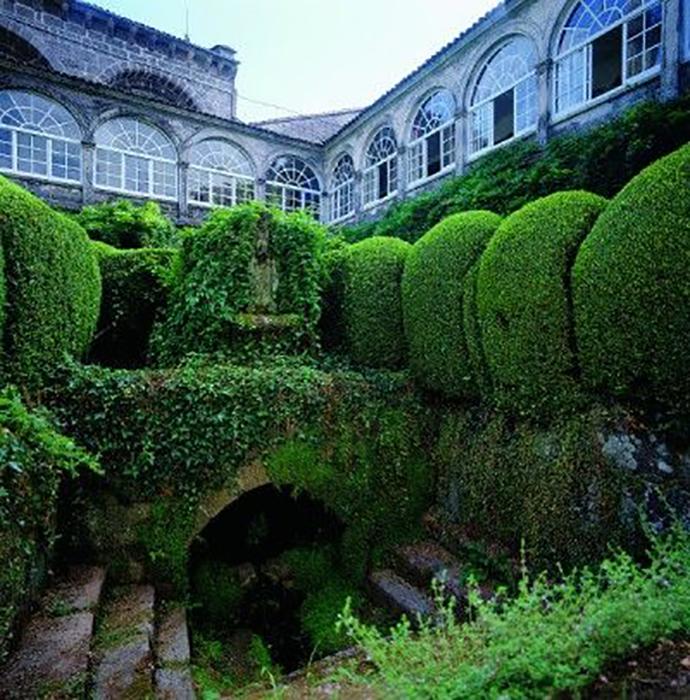 Прекрасный сад на территории монастыря надёжно хранит свои секреты.