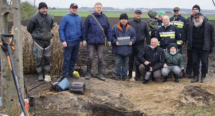 Команда археологов на месте находки, в польской деревне Слушкув на кукурузном поле.